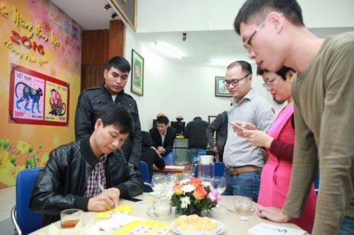 Họa sĩ Nguyễn Du ký tặng tem Tết Bính Thân trong ngày phát hành.