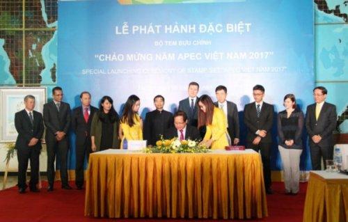 Bộ trưởng Bộ TT&TT Trương Minh Tuấn ký phát hành đặc biệt bộ tem