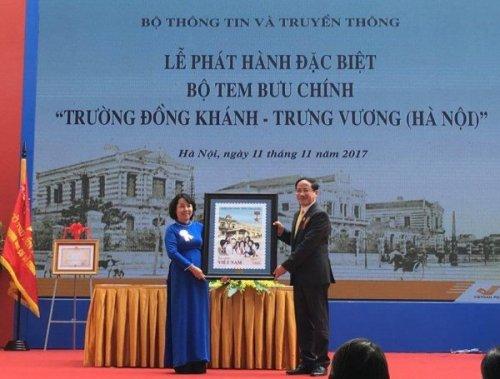 Ông Phạm Anh Tuấn, Tổng giám đốc Tổng công ty BĐVN trao tặng bức tranh tem cho lãnh đạo nhà trường.